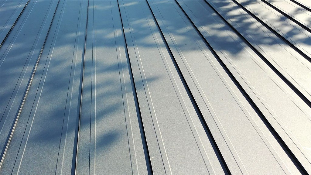 Standing seam roof with profiles with striations